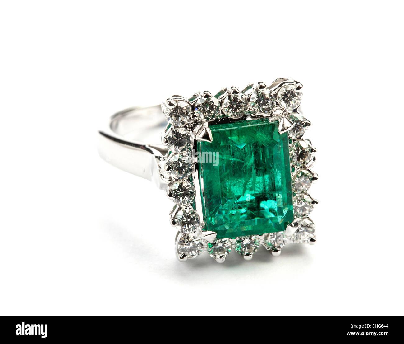 Ein rechteckiger Smaragd und Diamant Cluster-Ring. Stockbild