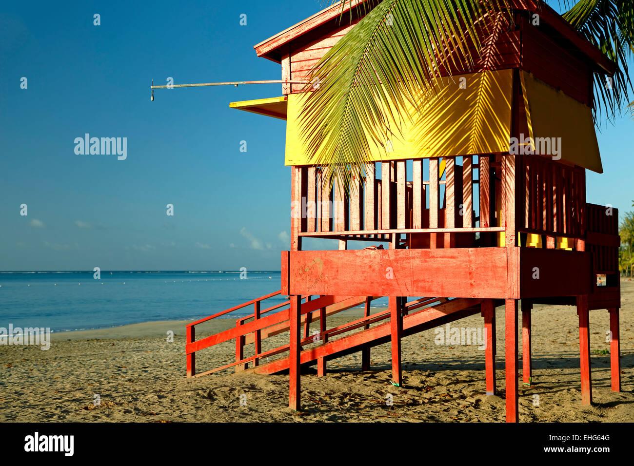 Rettungsschwimmer Haus und Strand, Luquillo Public Beach, Luquillo, Puerto Rico Stockbild