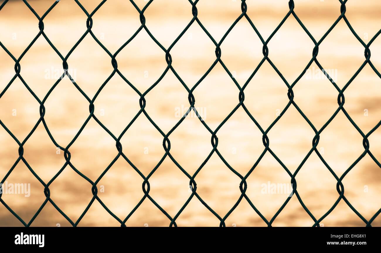 Maschendrahtzaun, isoliert Stockbild