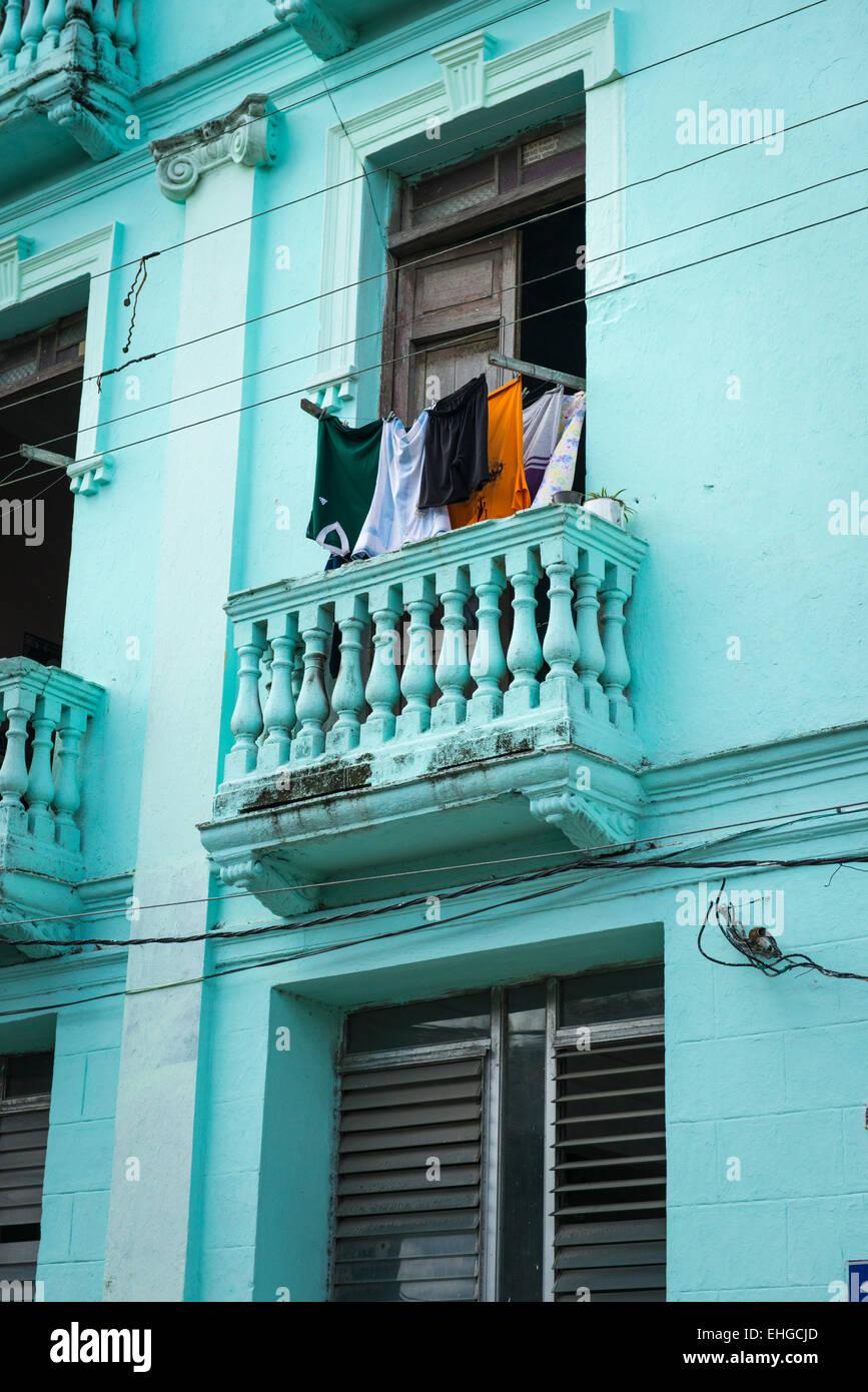 Kuba Santa Clara typisches Haus Balkon waschen Fensterläden ...