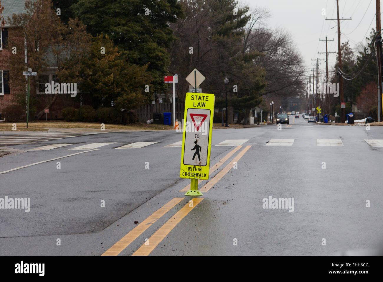 Fußgängerzone Zebrastreifen ergeben Zeichen - Virginia USA Stockbild