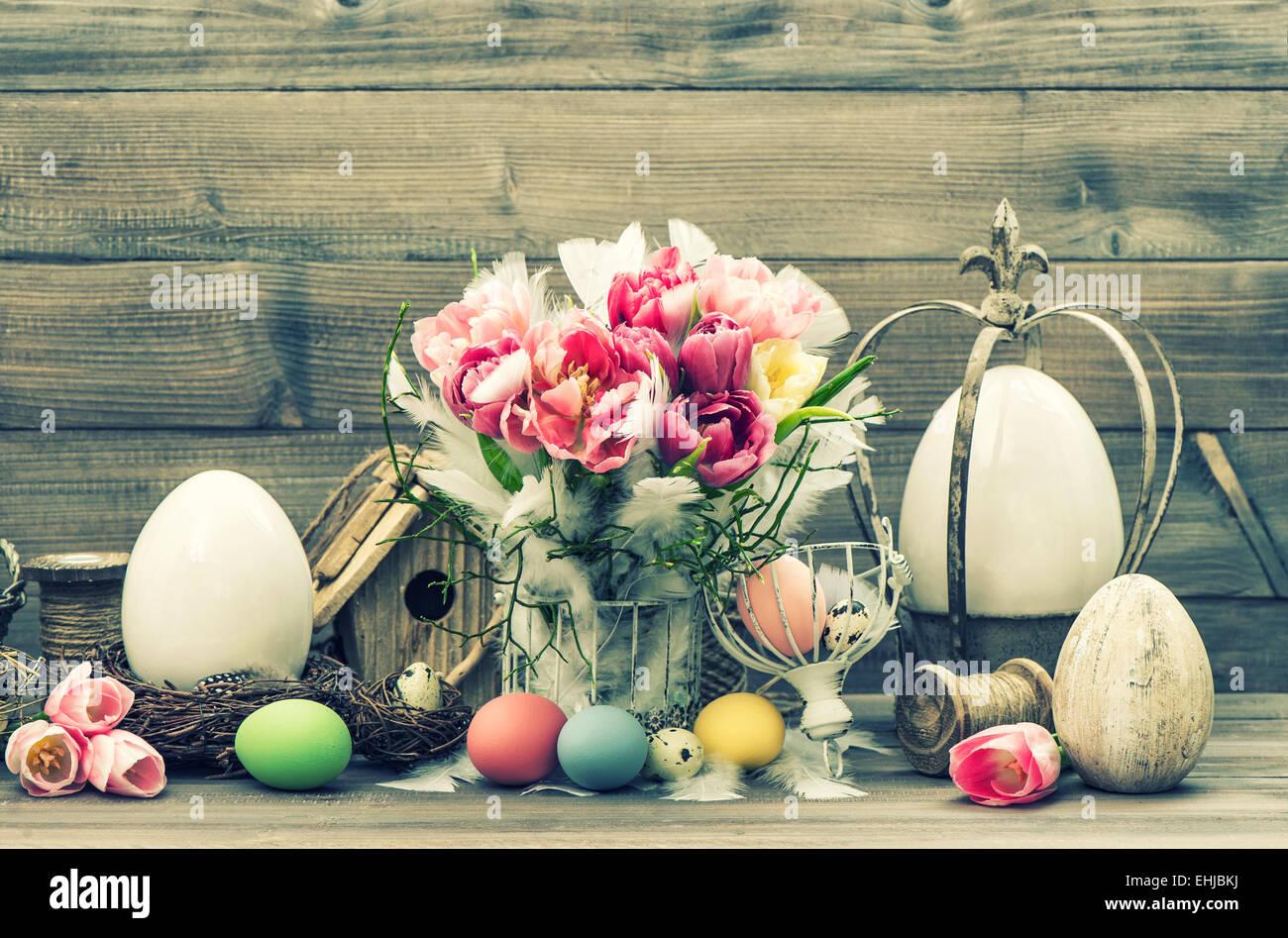 Ostern-Stil leben. Dekoration mit Tulpe Blumen und gefärbten Eiern. Vintage-Stil getönten Bild Stockbild