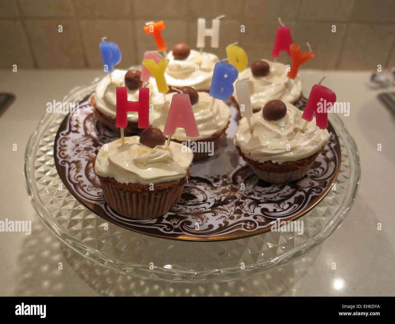 ein happy birthday kuchen bestehend aus tasse kuchen kerzen und schokolade auf einen. Black Bedroom Furniture Sets. Home Design Ideas