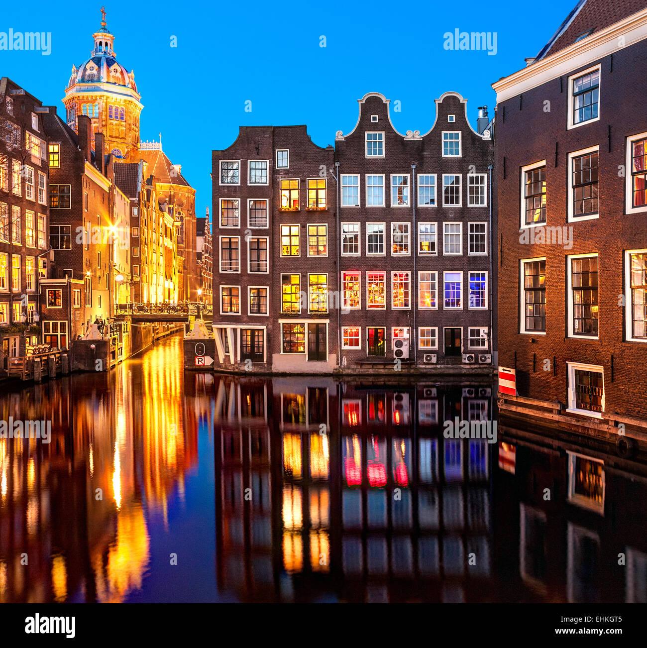 Amsterdamer Grachten in der Nacht in der Nähe von Rotlichtviertel. St. Nicolaaskerk Basilika des Heiligen Nikolaus; Stockbild