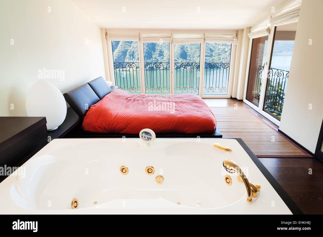 inneren Luxus-Wohnung, schönes Schlafzimmer mit Whirlpool Stockfoto ...