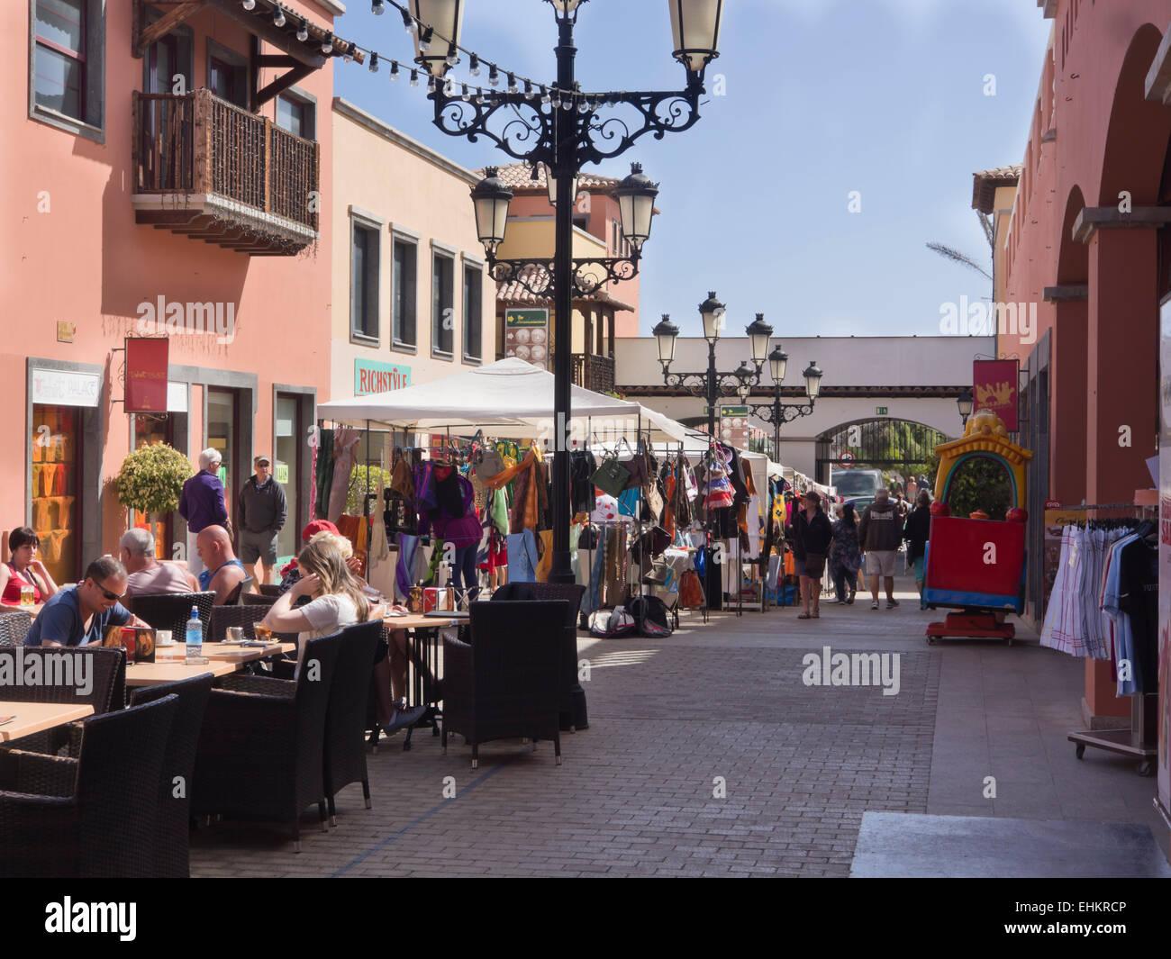Samstagsmarkt in Corralejo auf Fuerteventura Kanaren Spanien, modernes Einkaufszentrum, Flohmarkt und Restaurants Stockbild
