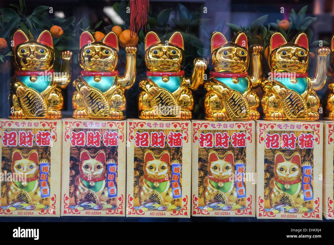 Glück Glück Katzen, Maneki Neko, zum Verkauf in Chinatown, London England Vereinigtes Königreich Stockbild