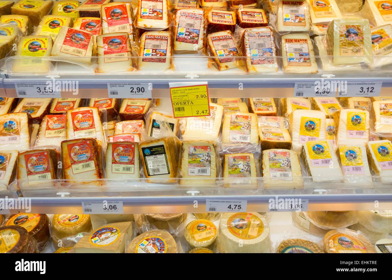 Käse-Anzeige im spanischen Supermarkt. Stockbild