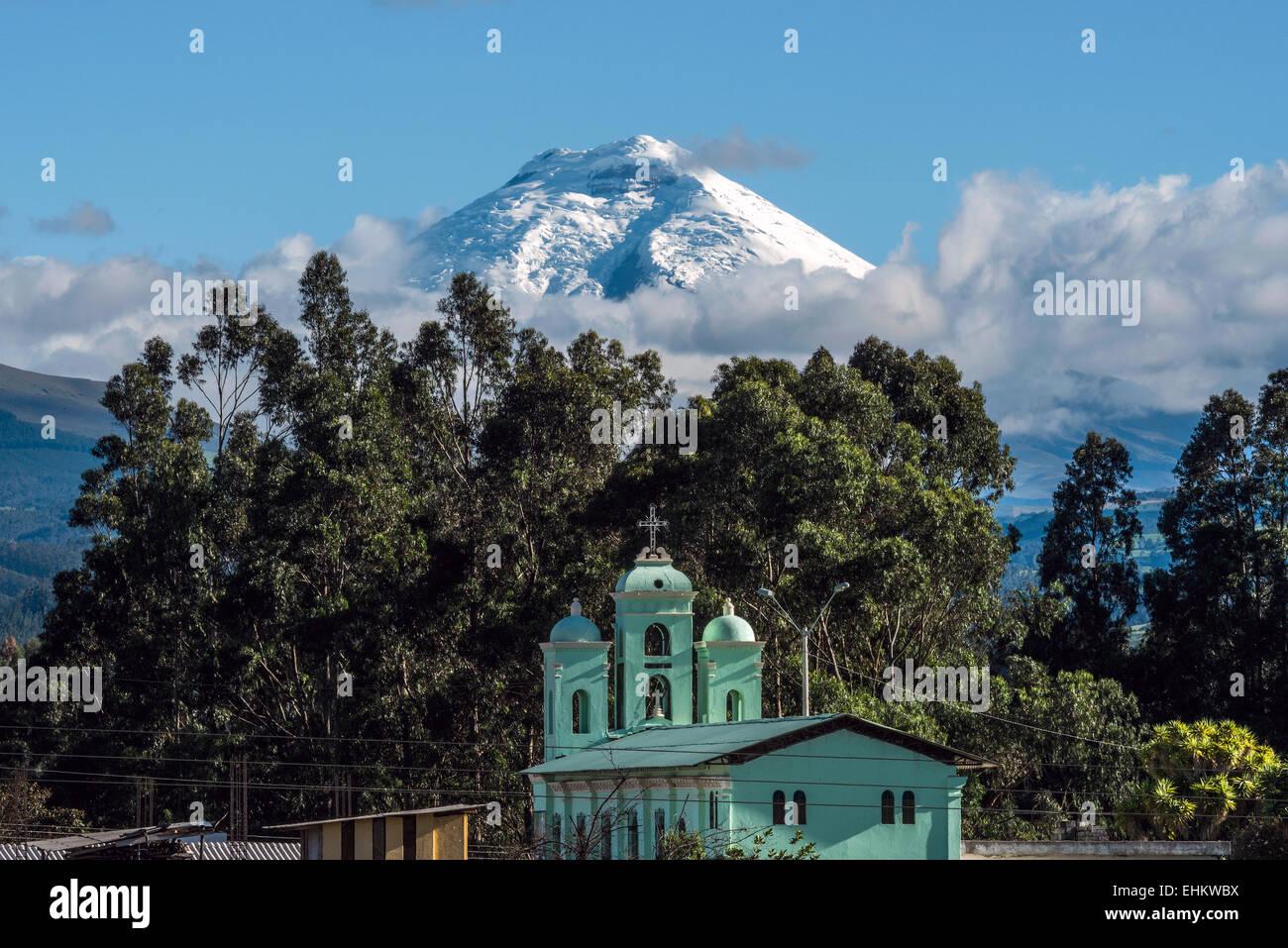 Cotopaxi Vulkan über den San Jaloma Kirche, Ecuador Stockbild