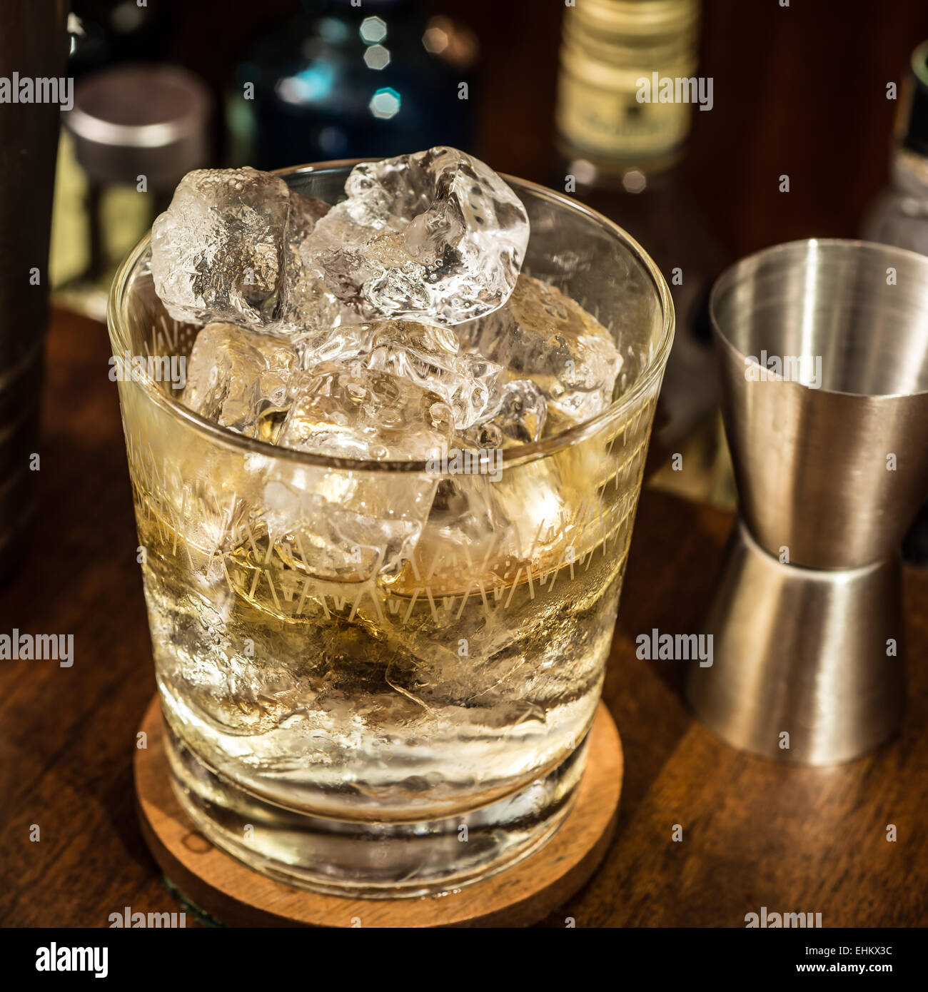 Ein Whiskeyglas mit Eis auf Getränke Schrank Zähler nach oben ...
