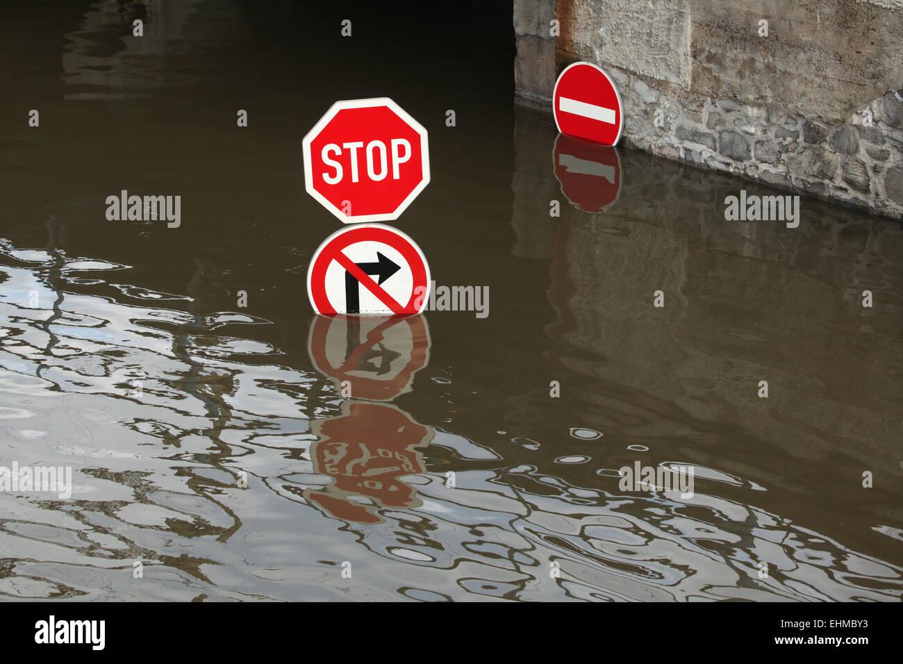 Verkehrszeichen, die von der Elbe in Usti Nad Labem, Nord-Böhmen, Tschechische Republik, am 5. Juni 2013 überflutet. Stockbild