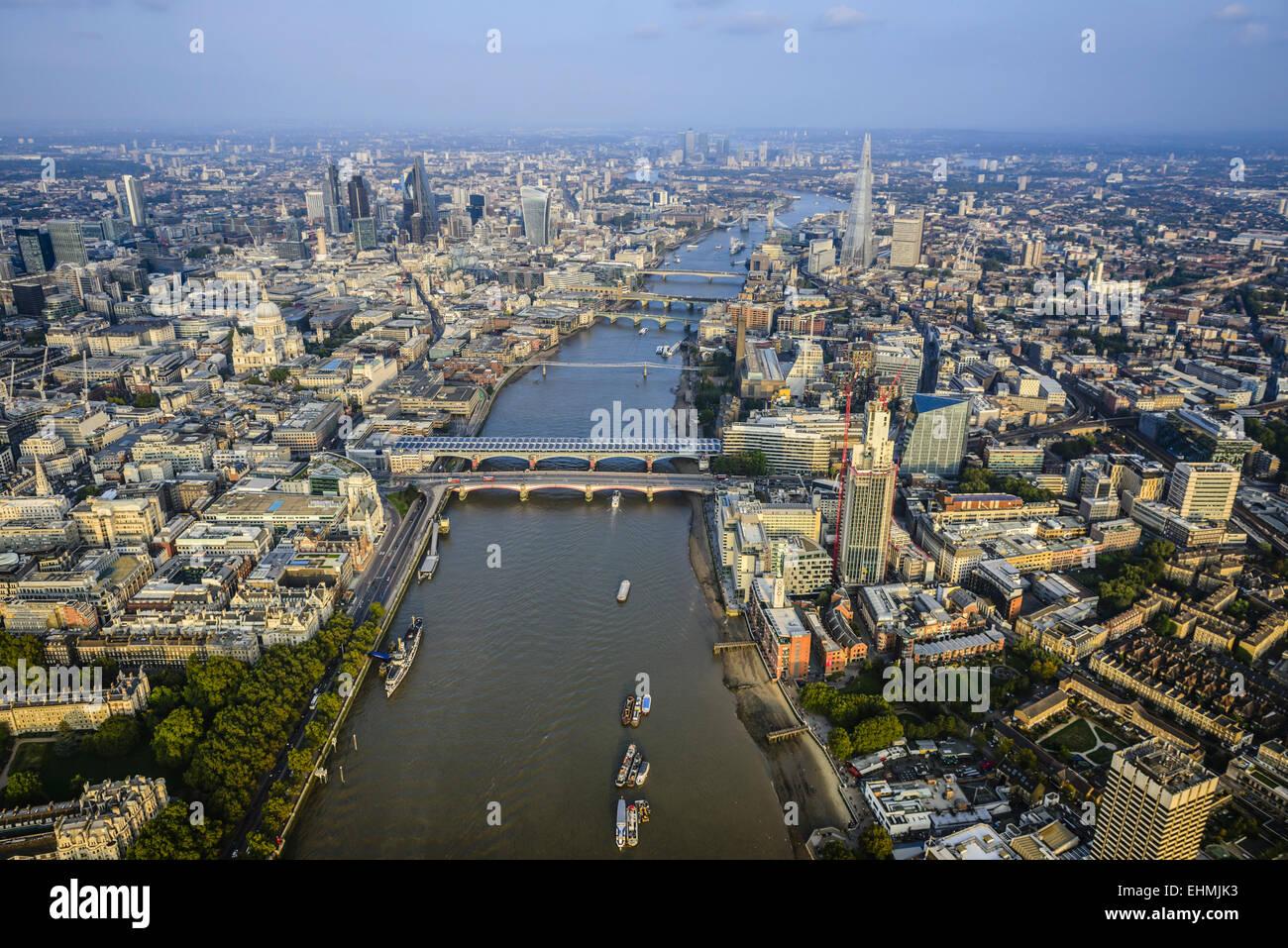 Luftaufnahme des Londoner Stadtbild und Fluss, England Stockbild