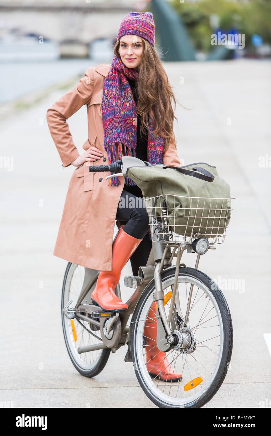 Frau mit ihrem Fahrrad. Stockbild