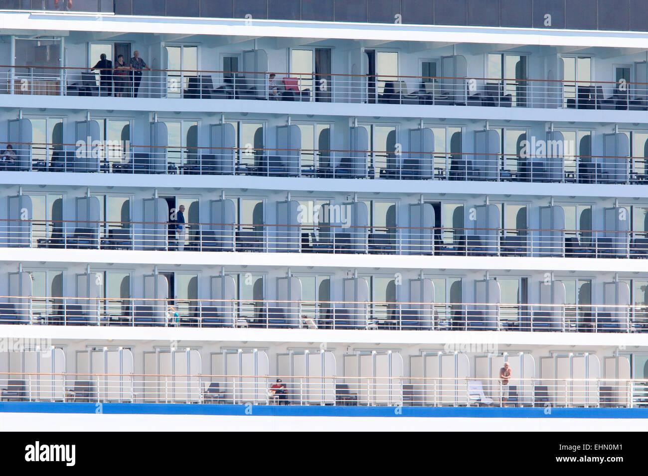 Kreuzfahrtschiff mit Passagieren am Balkon stehen. Stockbild