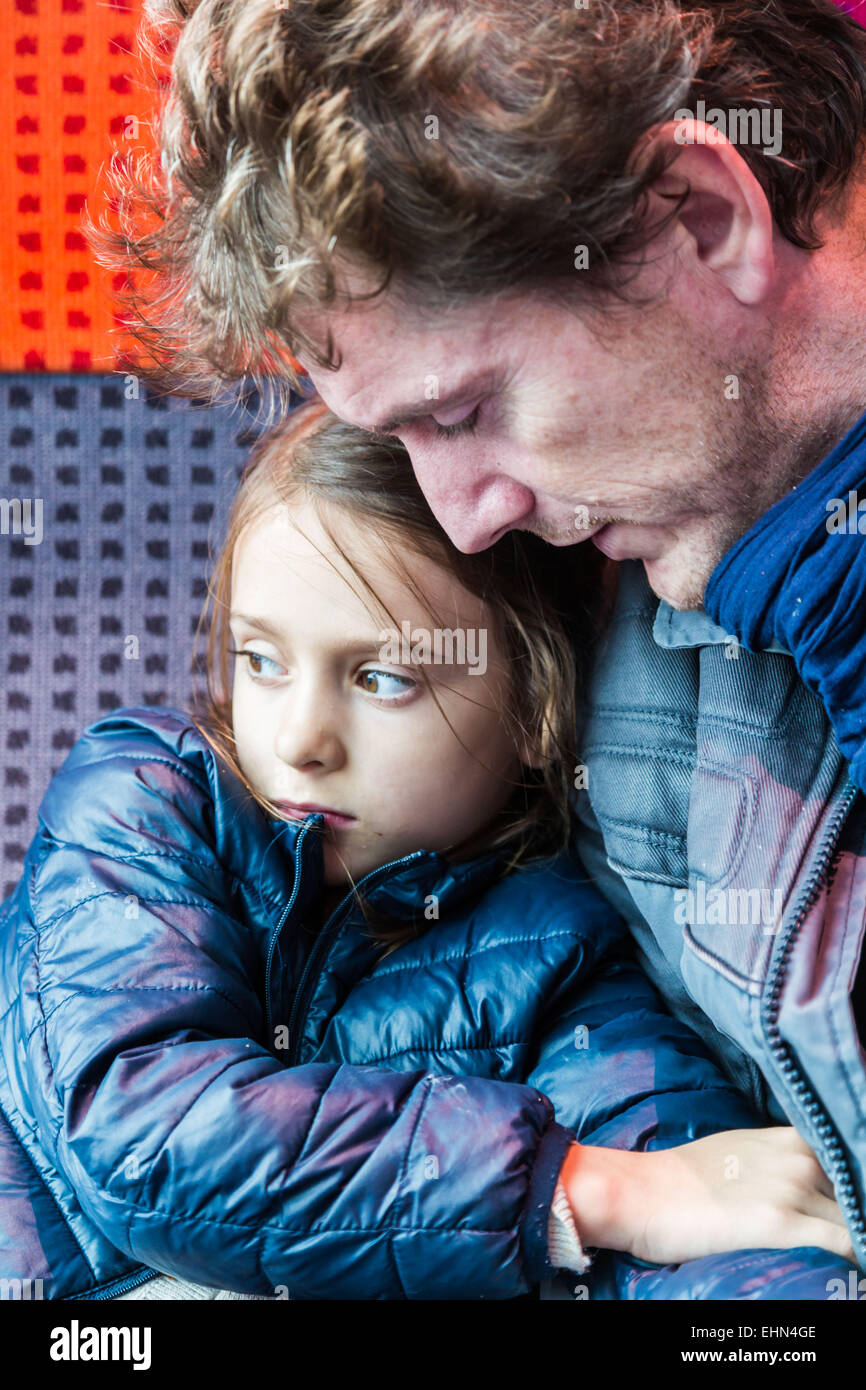 7 Jahre altes Mädchen mit ihrem Vater. Stockbild