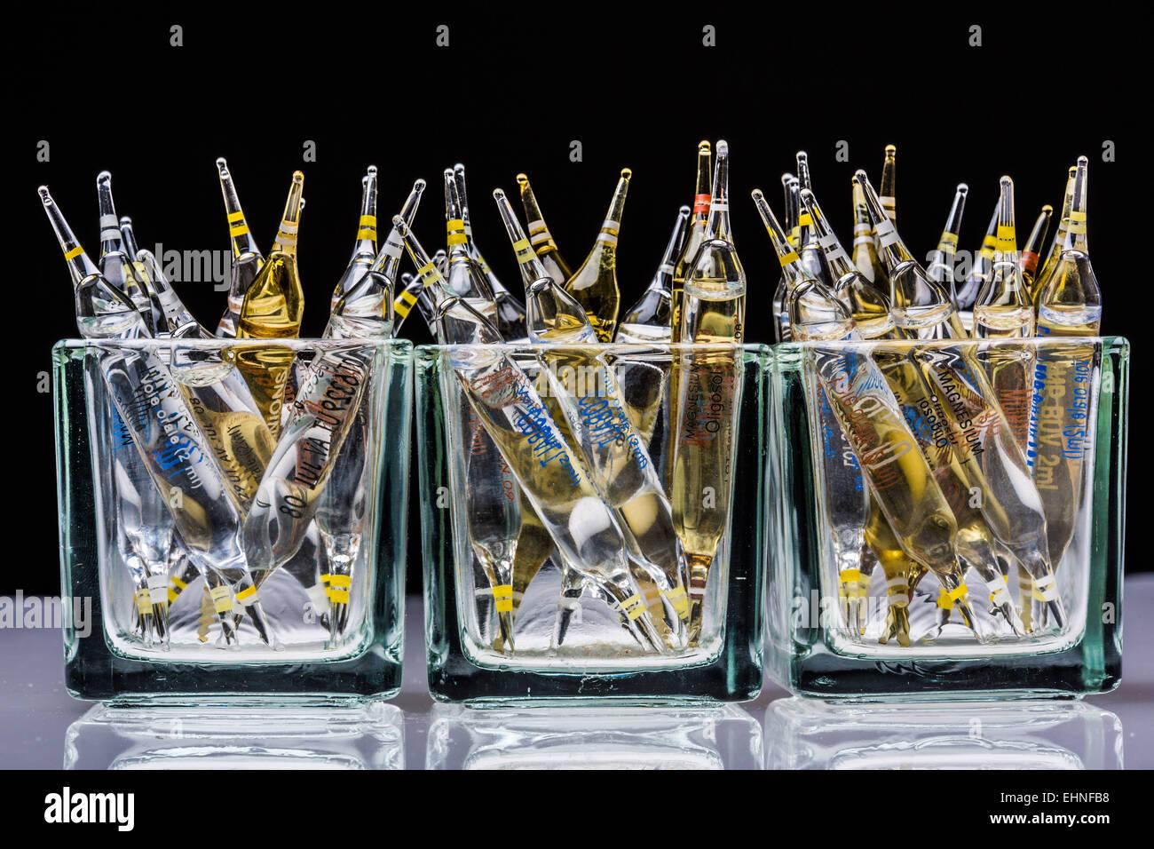 Glasampullen von verschiedenen Spurenelementen. Stockbild