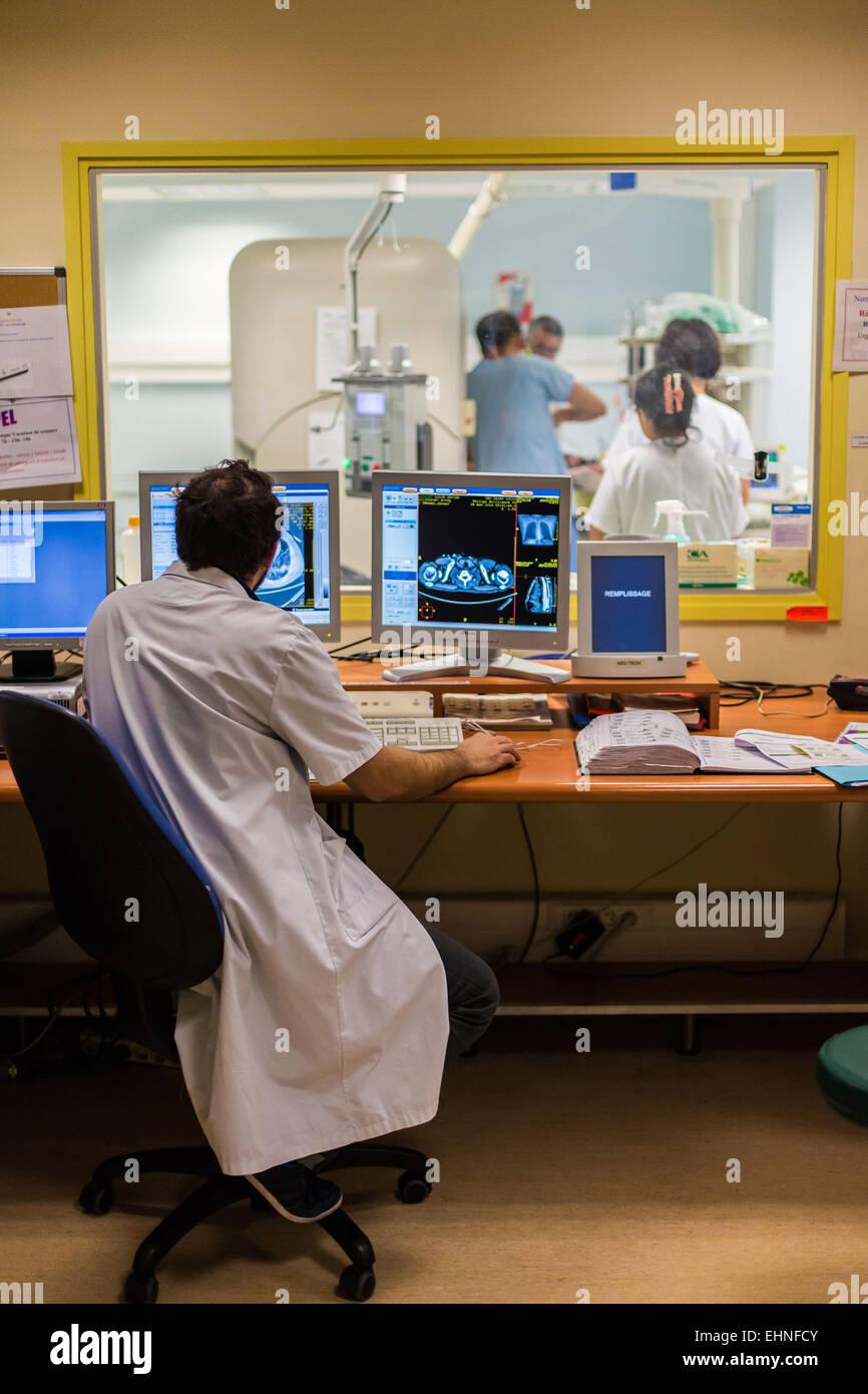 CT-Scan-gestützte Biopsie, Saint-Louis Krankenhaus, Paris, Frankreich. Stockbild
