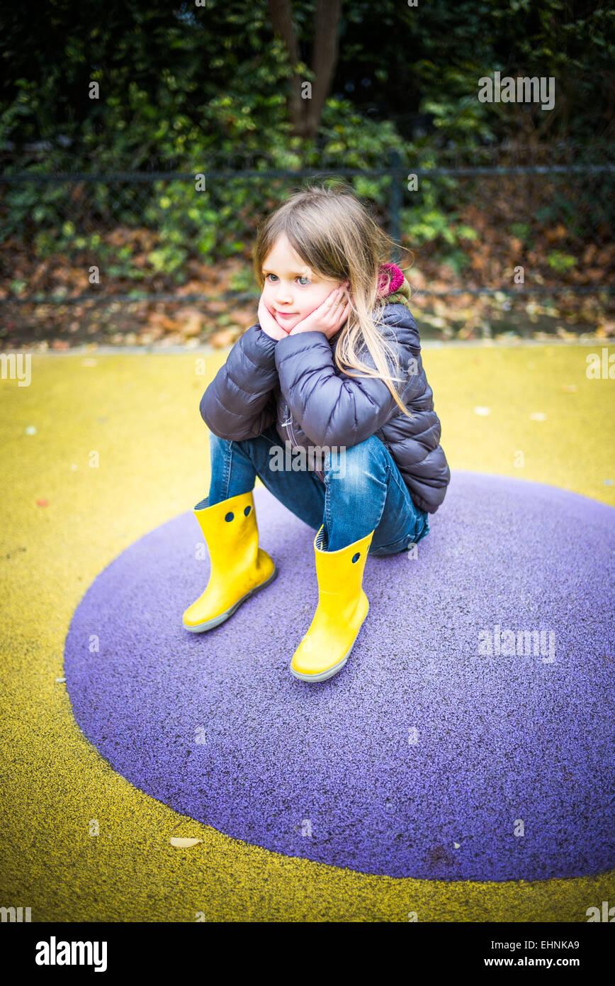 5 Jahre altes Mädchen auf einem Spielplatz. Stockfoto