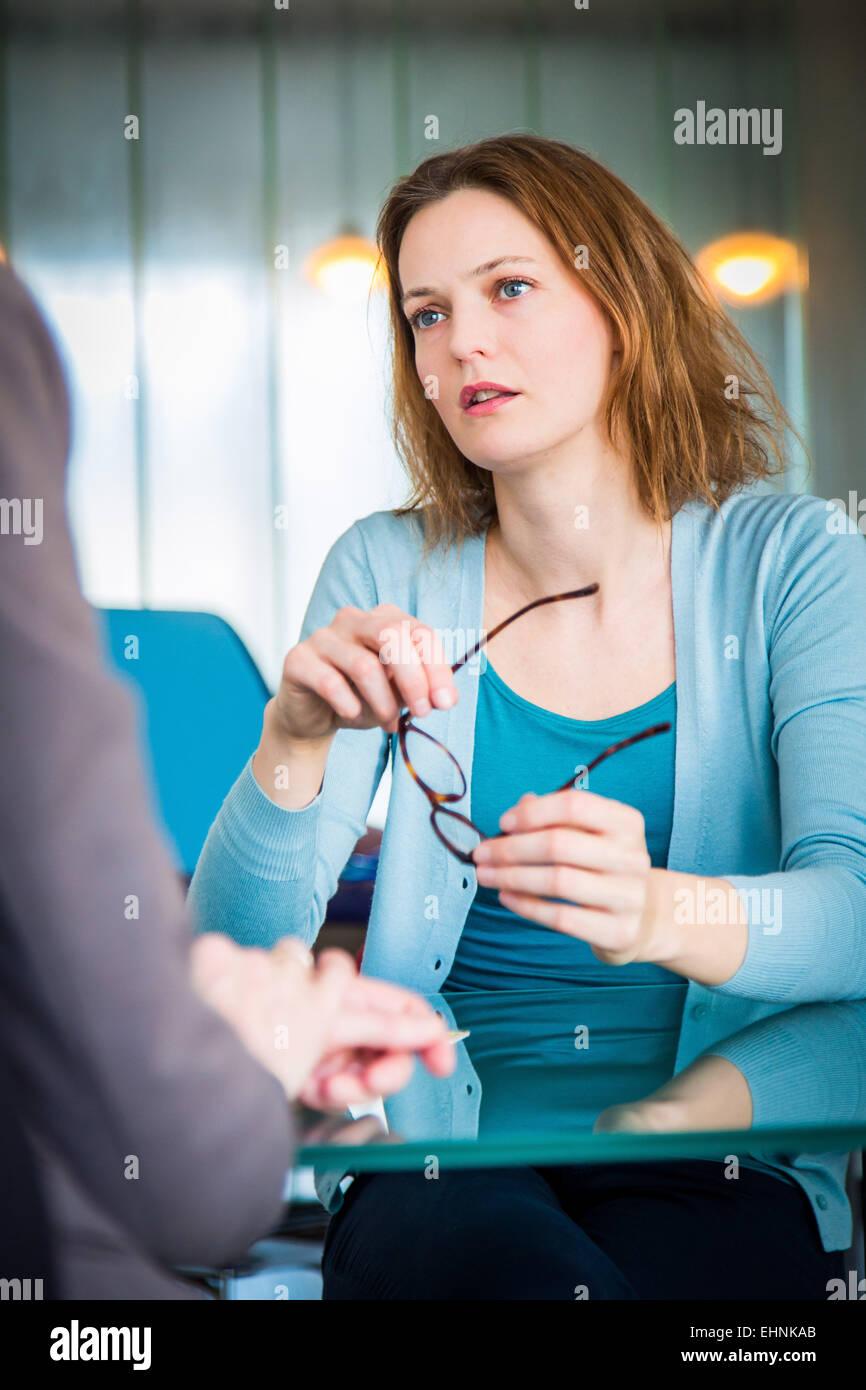 Arzt mit einer Patientin zu diskutieren. Stockfoto