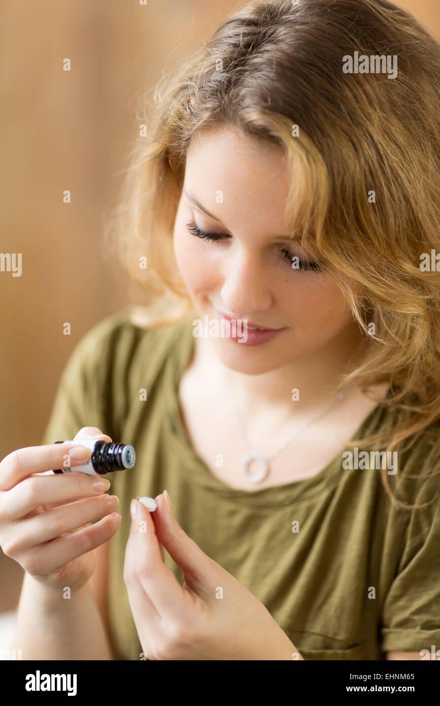 Anwendung von ätherischen Ölen auf einer neutralen Pille Frau. Stockbild