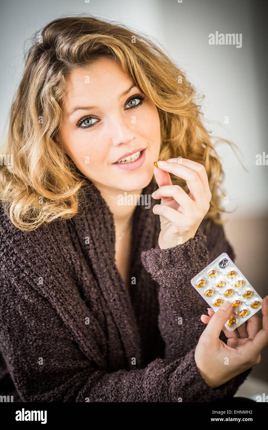 Frau, die eine Diät ergänzen Kapsel Stockbild