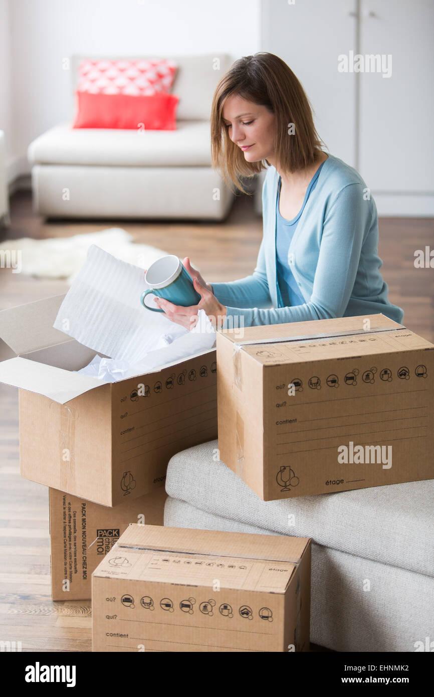 Frau, die bewegen-Boxen in ihrem neuen Zuhause. Stockfoto