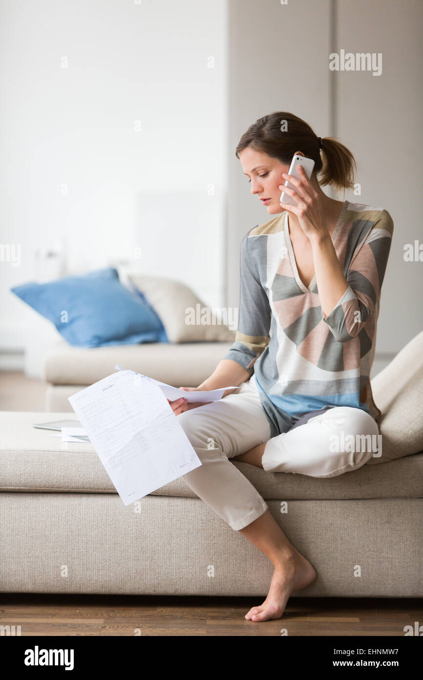 Frau liest medizinische Analyse-Ergebnisse. Stockbild