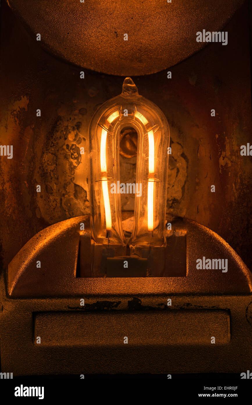 leuchtende Glühfaden ein 1000-Quarz-Halogen-Glühlampe mit Flocken Metall und Hitzeschäden Reflektor Stockbild