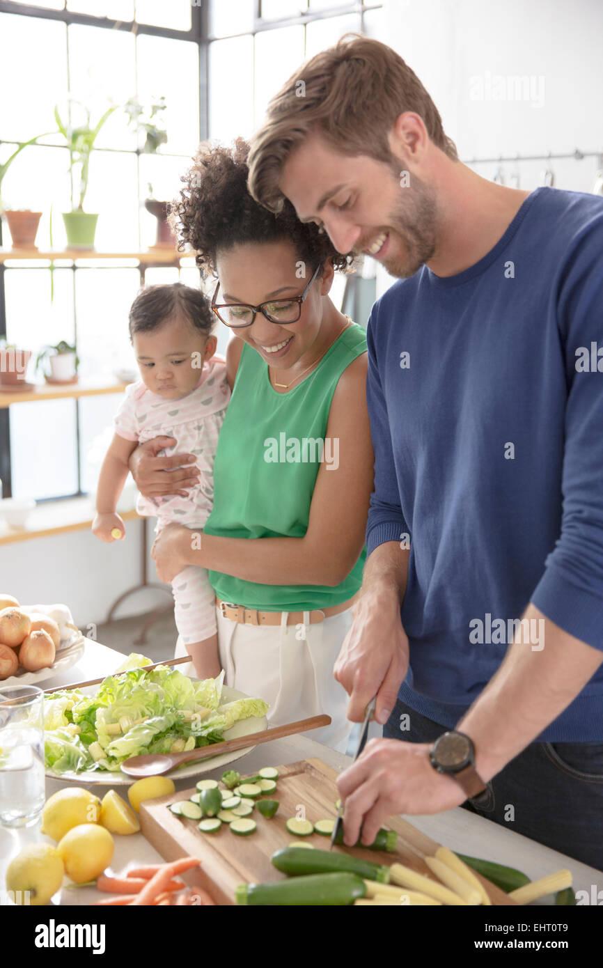 Glückliche Familie, die Zubereitung in der Küche Stockbild