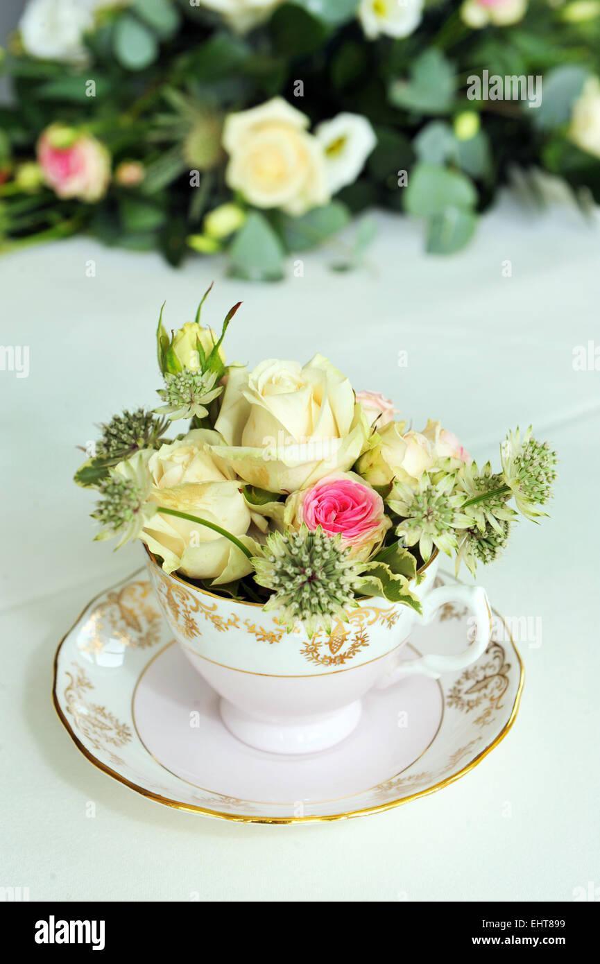 Blumen In Einer Vintage Teetasse Bei Einer Hochzeit Stockfoto Bild