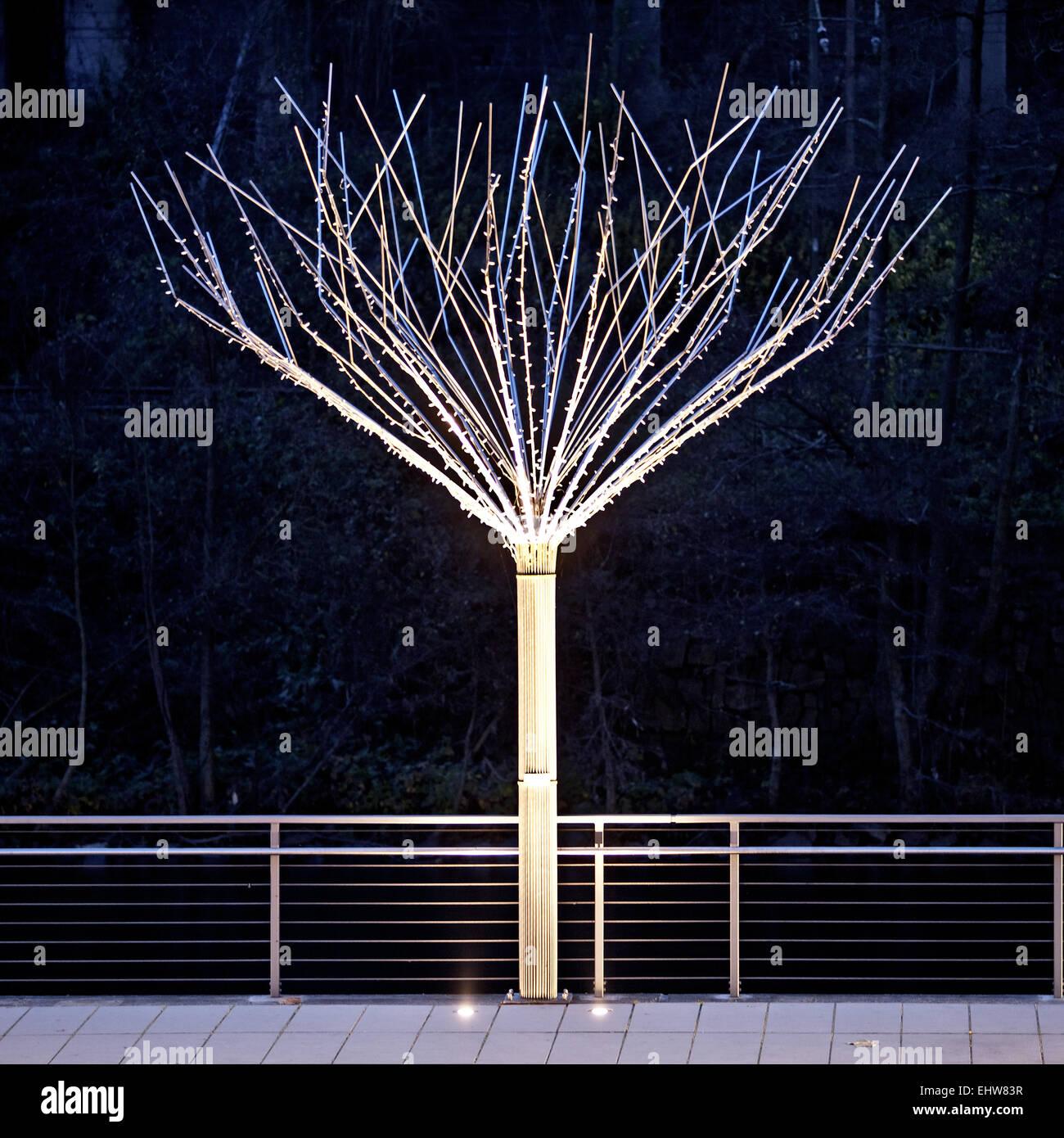 Einer der beleuchteten Baum aus Metall in Altena Stockbild