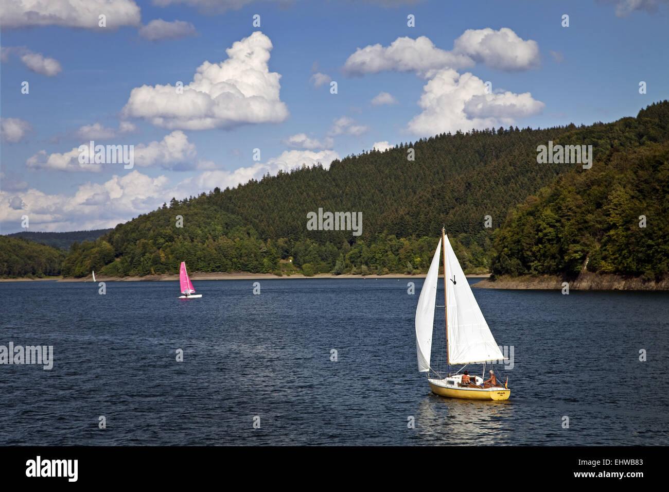 Segelboote auf dem Stausee Bigge. Stockbild