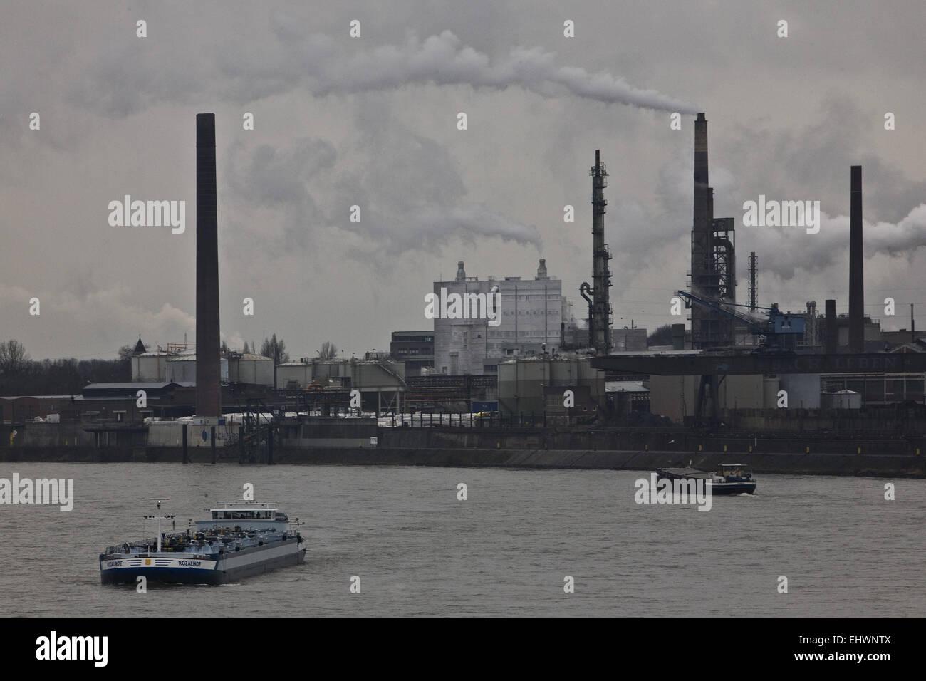 Frachtschiffe, Rhein, Duisburg, Deutschland. Stockbild