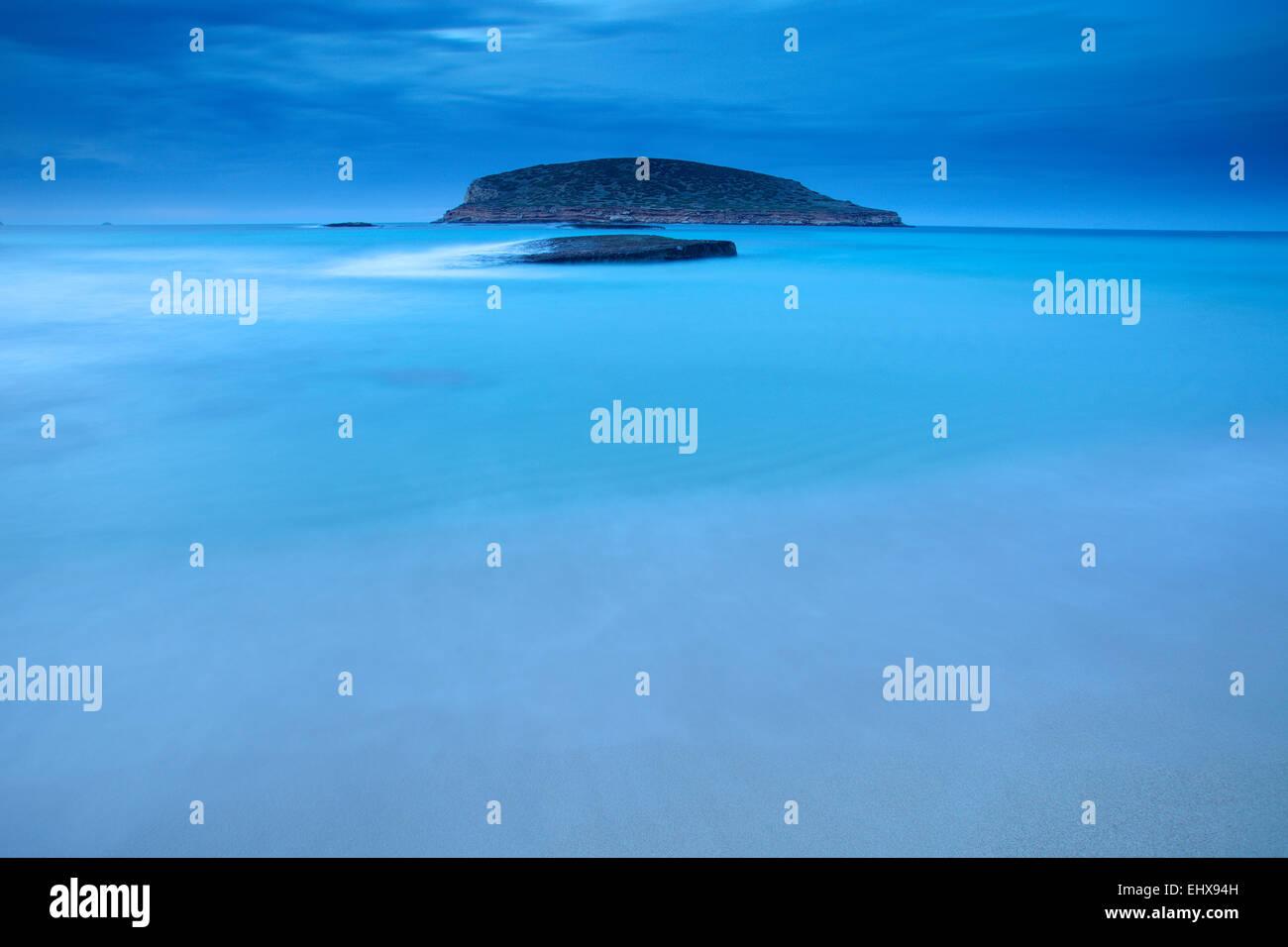 Spanien, Ibiza, Cala Comte zur blauen Stunde Stockbild
