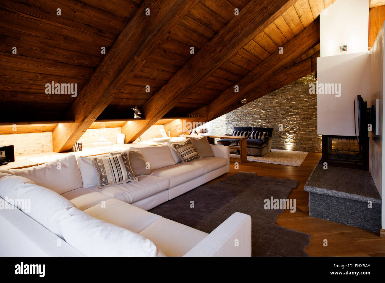 Luxus Wohnzimmer In Alpine Hutte Mit Kamin Und Steinernen Wand Stockfotografie Alamy