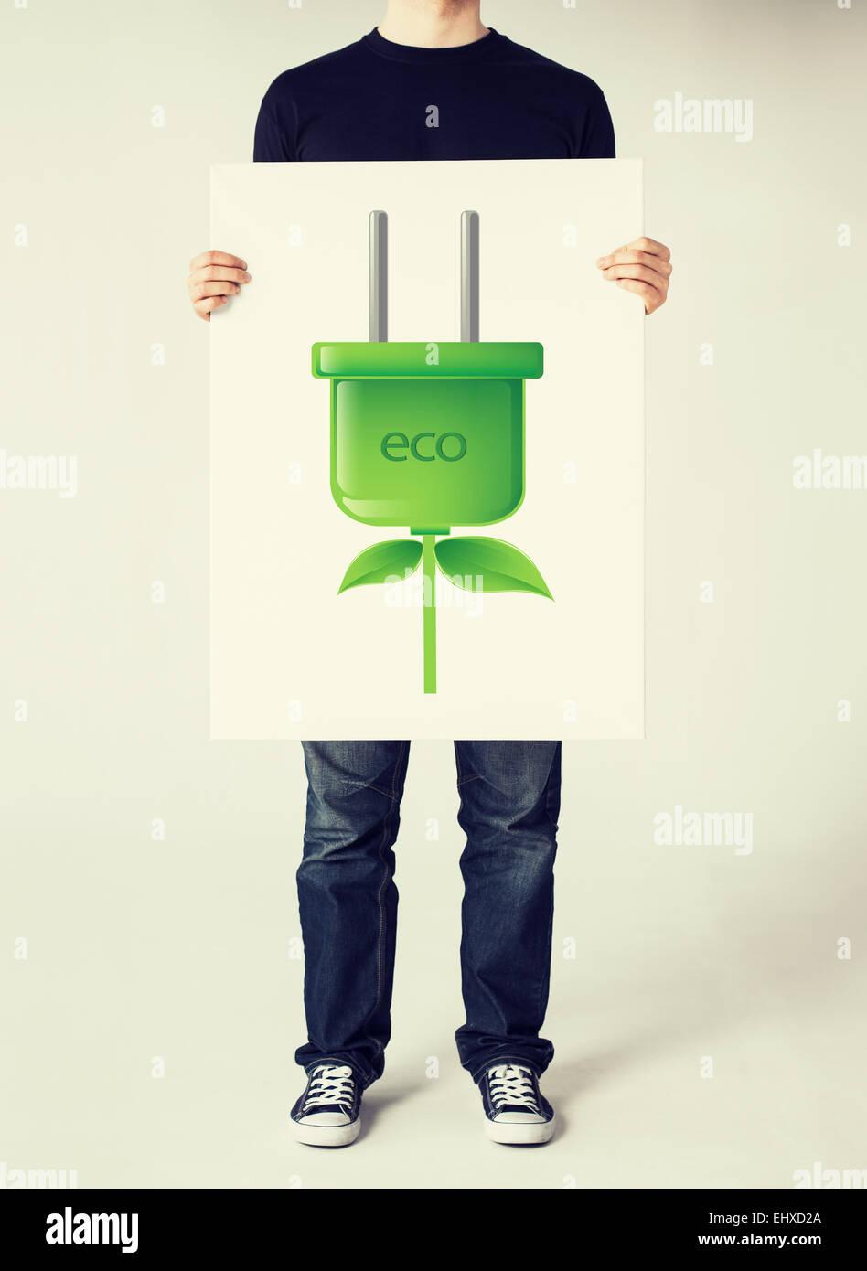 Hände halten Bild von grünen Electrica Ecol Stecker Stockbild