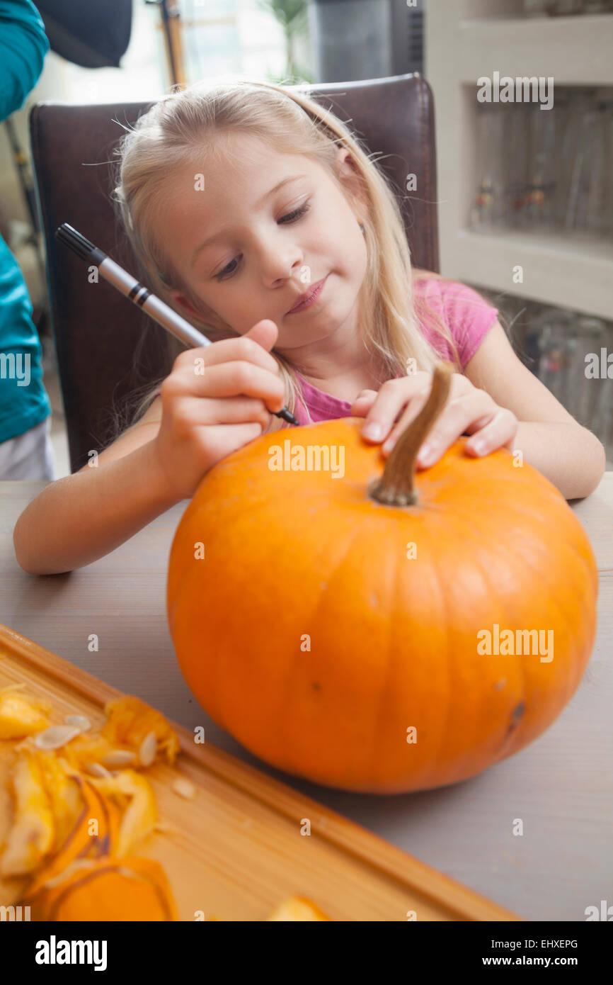 Mädchen schnitzen Kürbis für Halloween, Bayern, Deutschland Stockbild
