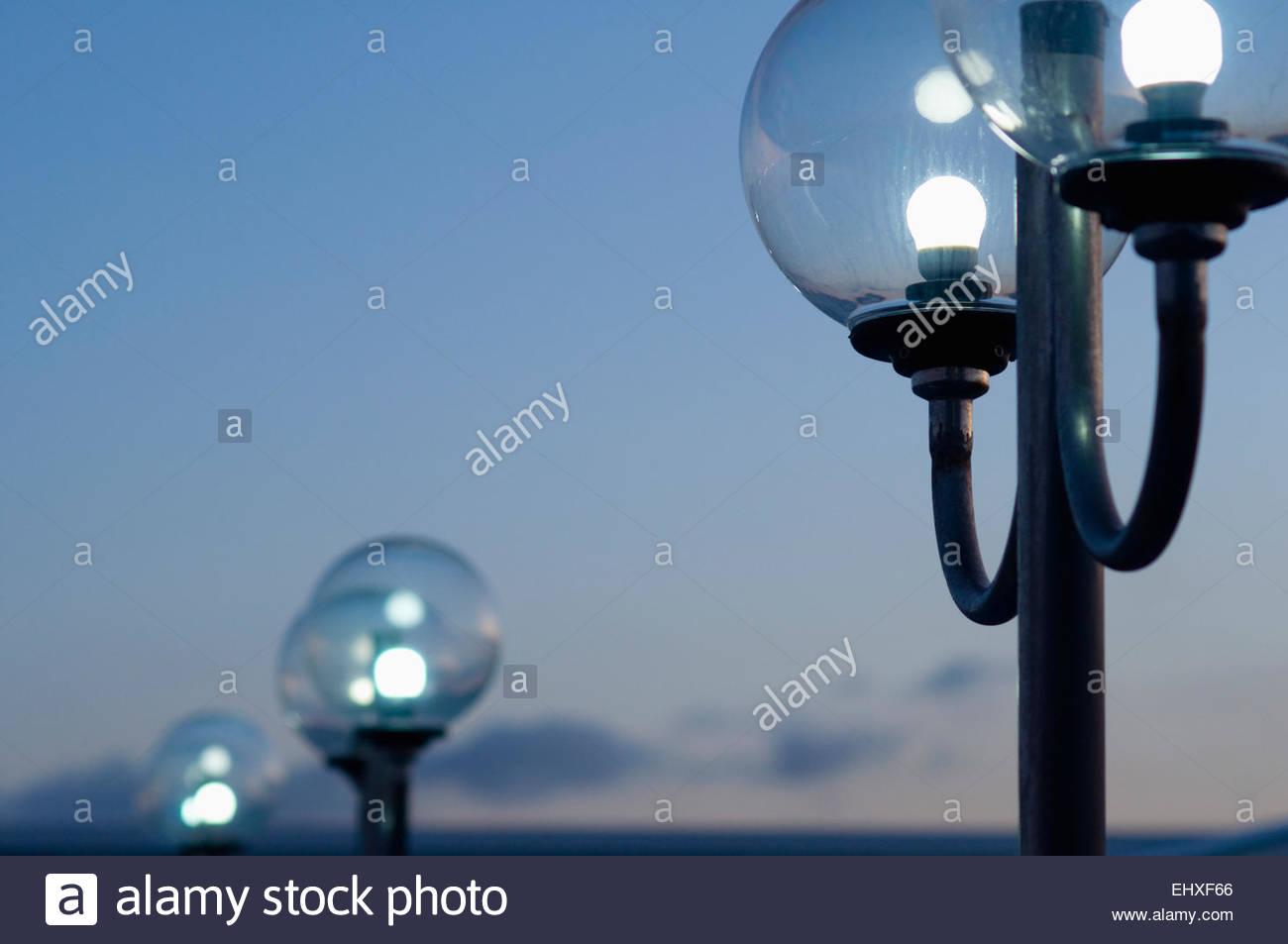 Lampen En Licht : Lampen licht sonnenaufgang globus glas zeile beleuchtet stockfoto
