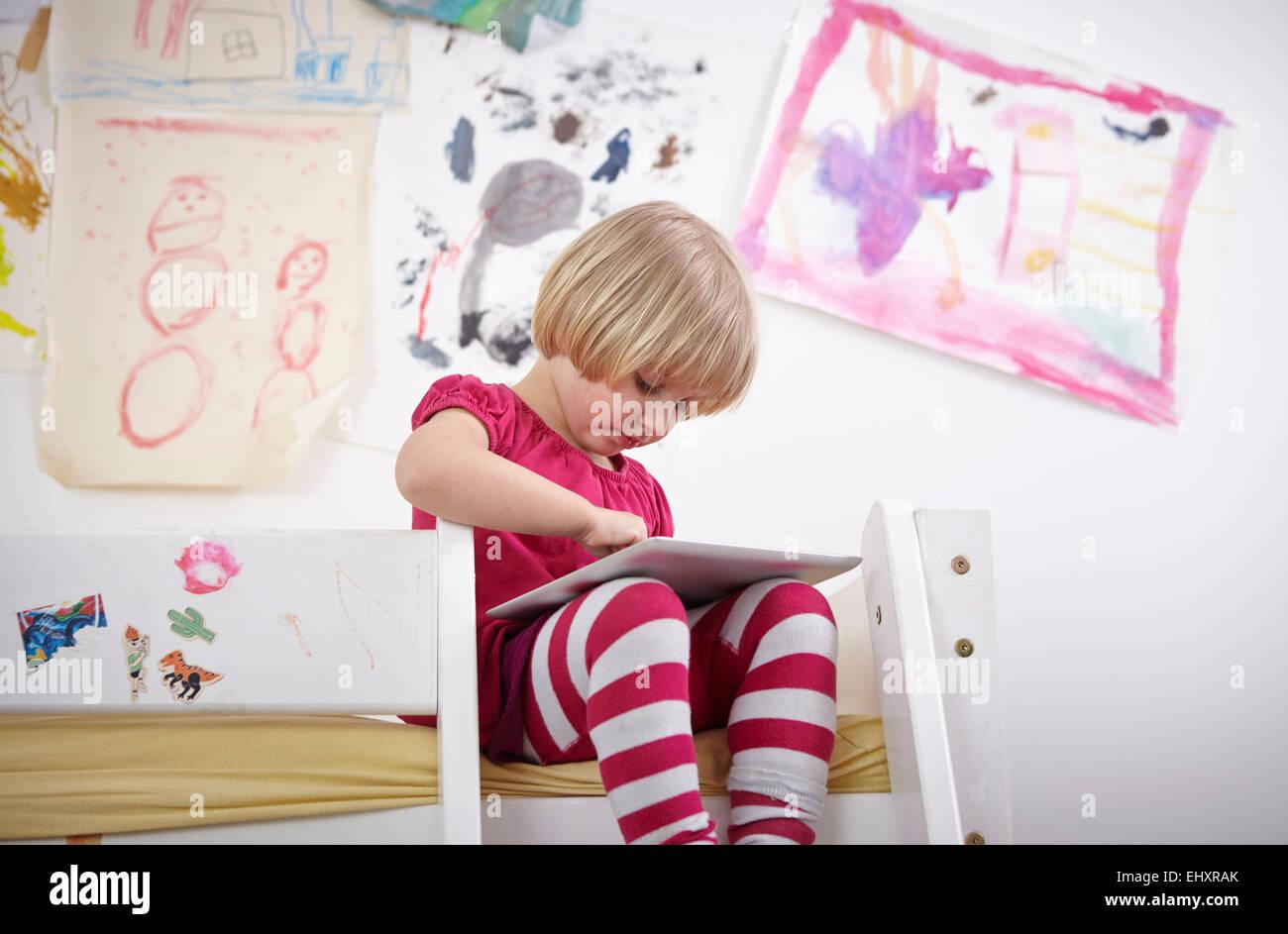 Kleines Etagenbett : Kleines mädchen sitzt auf etagenbett zeichnung touch pad