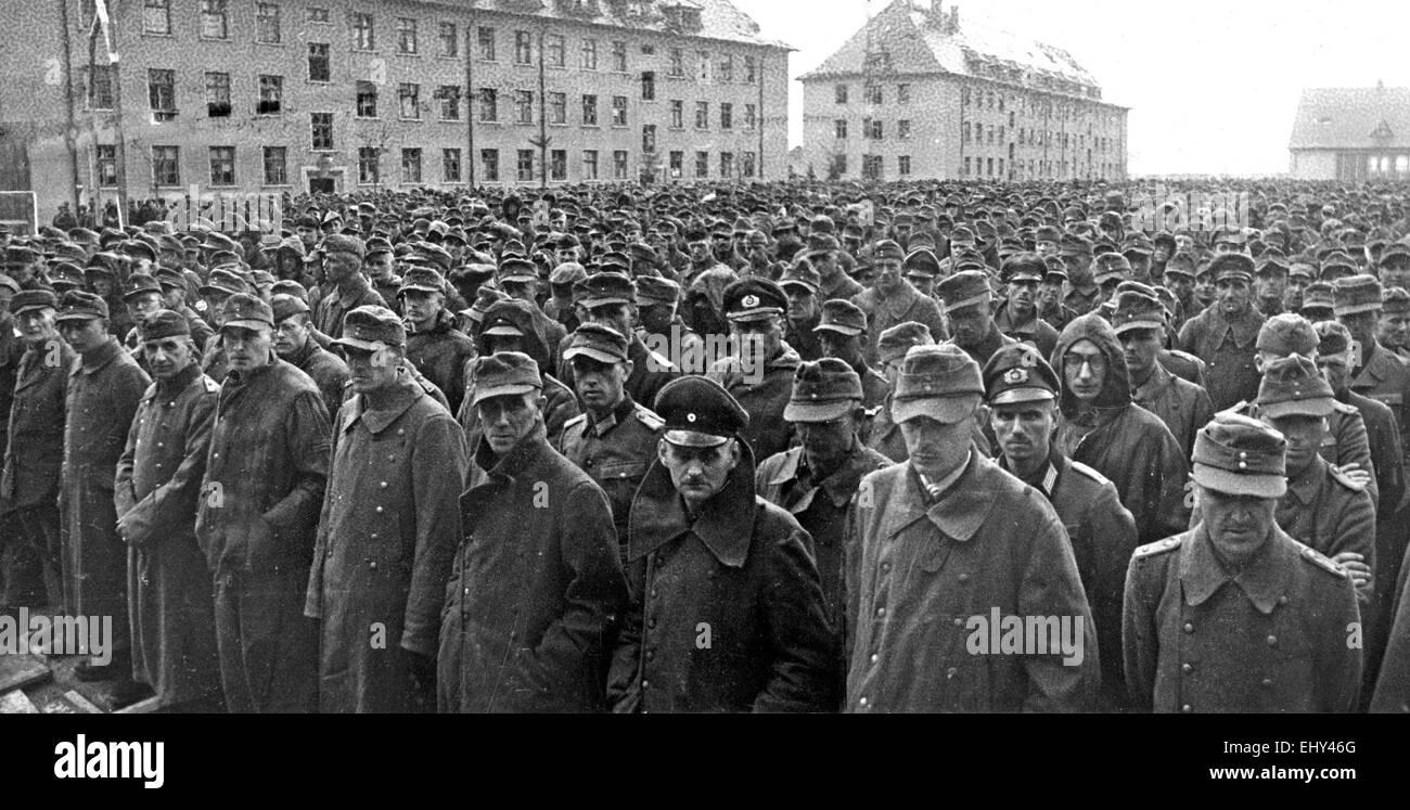 DEUTSCHE Häftlinge gefangen im Mai 1945 von der Roten Armee bei ihrem Vormarsch auf Berlin Stockbild