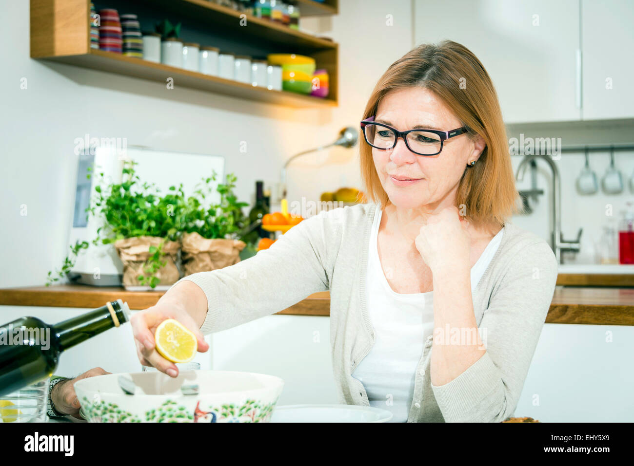 Ältere Frau, die Zitrone in der hand halten Stockbild
