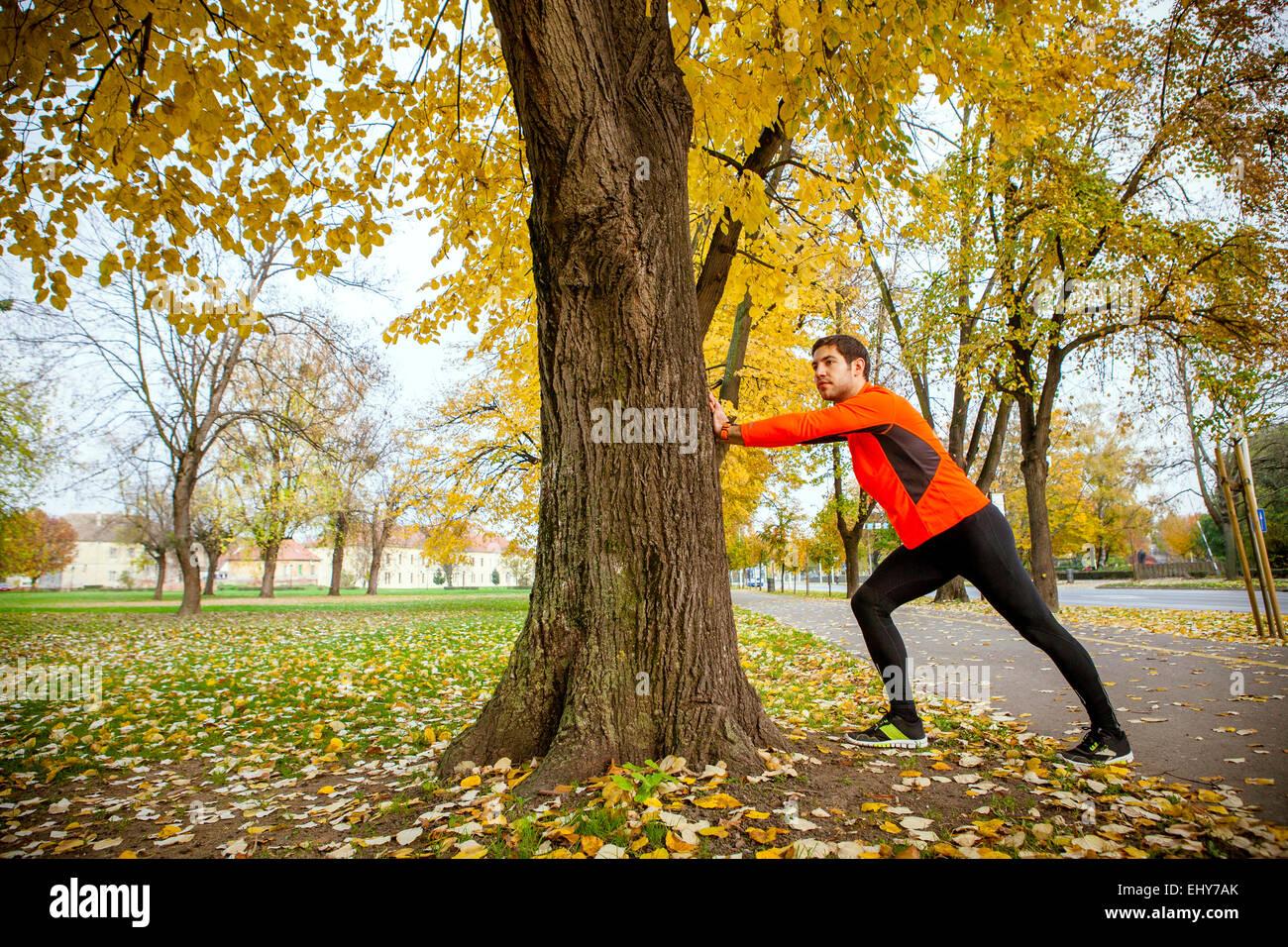 Männliche Läufer dehnen und Aufwärmen Stockbild