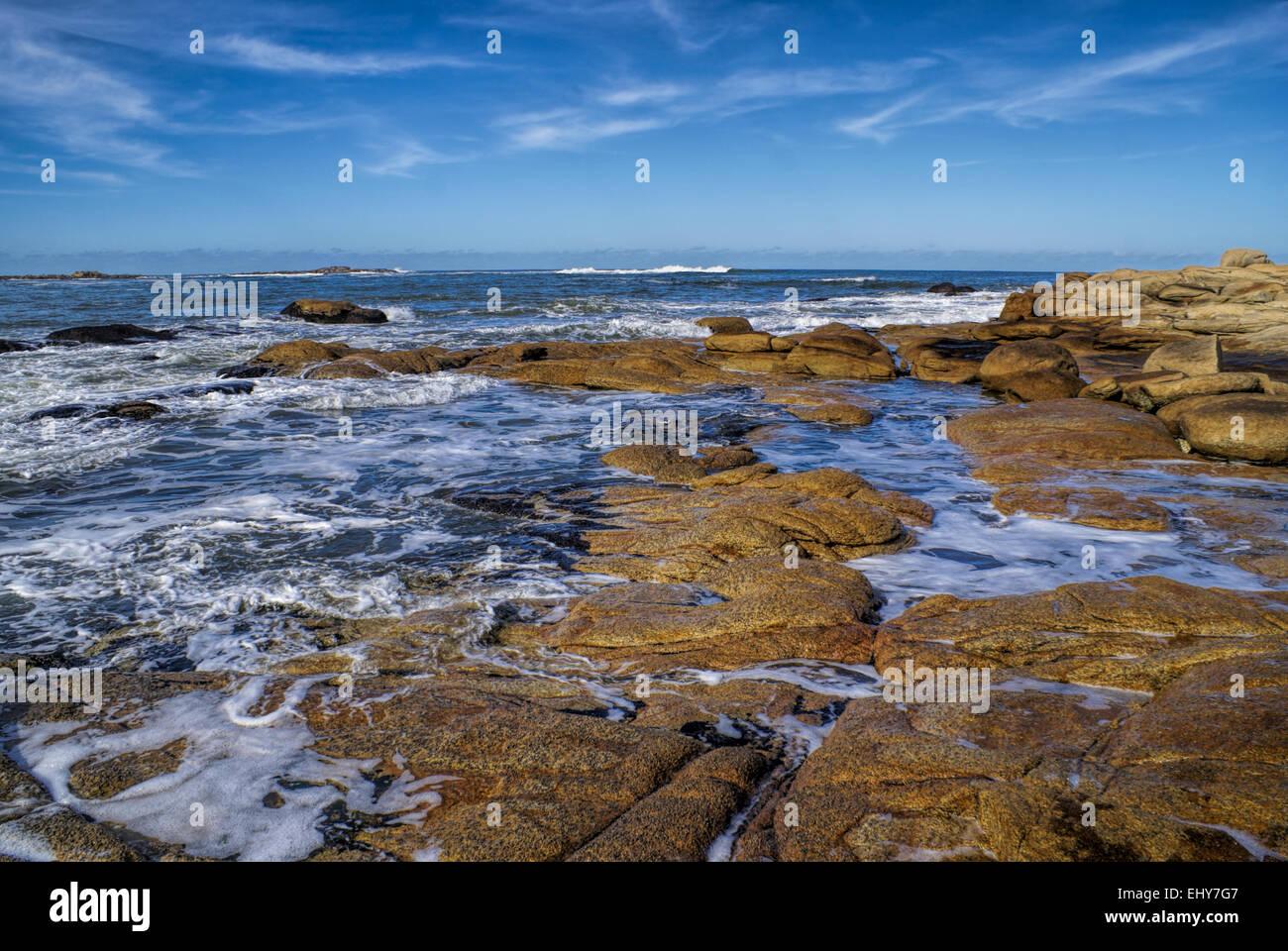 Herrliche Aussicht auf Wellen friedlich Waschen der Küste in Cabo Polonio Stockbild