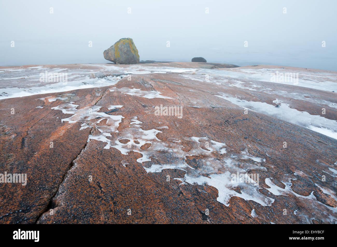 Icy Platten einen Nebel bei Saltholmen in Råde Kommune, Østfold Fylke, Norwegen. Stockbild