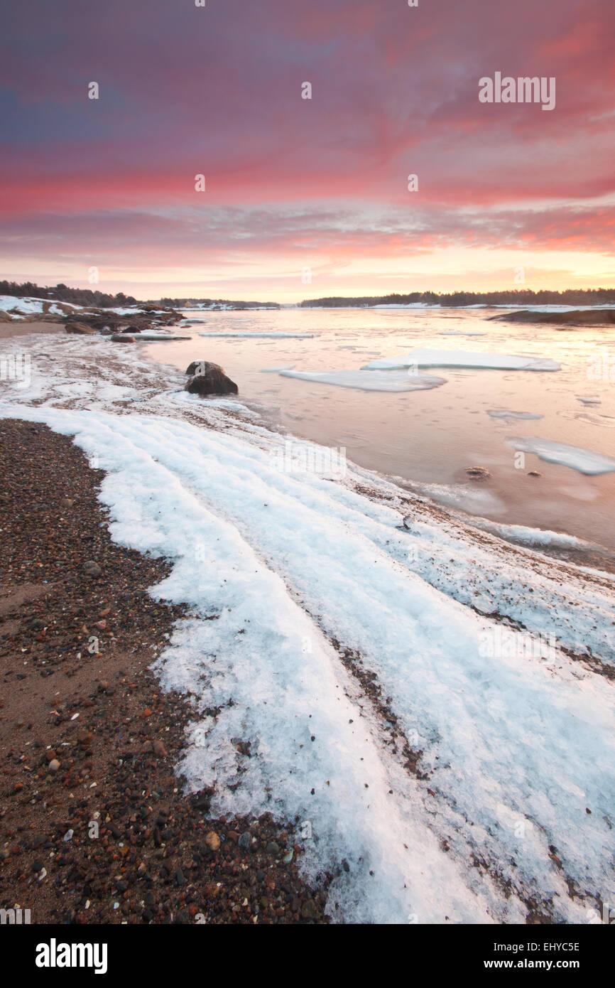 Wintermorgen am Ofen von der Küste von den Oslofjord in Råde Kommune, Østfold Fylke, Norwegen. Stockbild