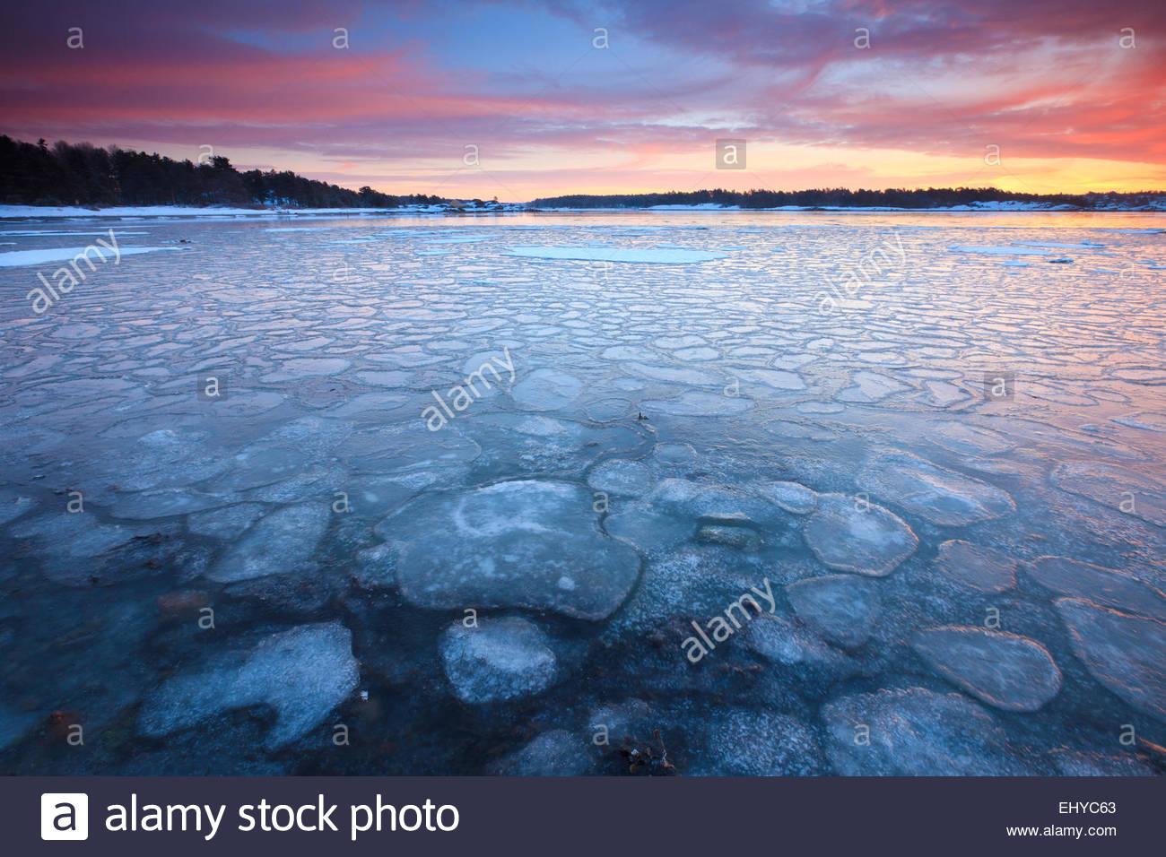 Eisigen Wasser und Winter Sonnenaufgang am Ofen in Råde Kommune, Oslofjorden, Østfold Fylke, Norwegen. Stockbild