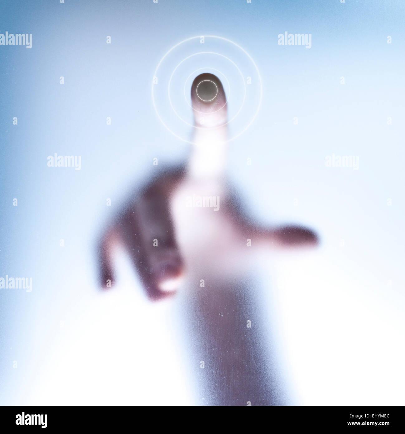 Konzeptionelle Touchscreen-Technologie mit Finger drücken Glas Stockbild