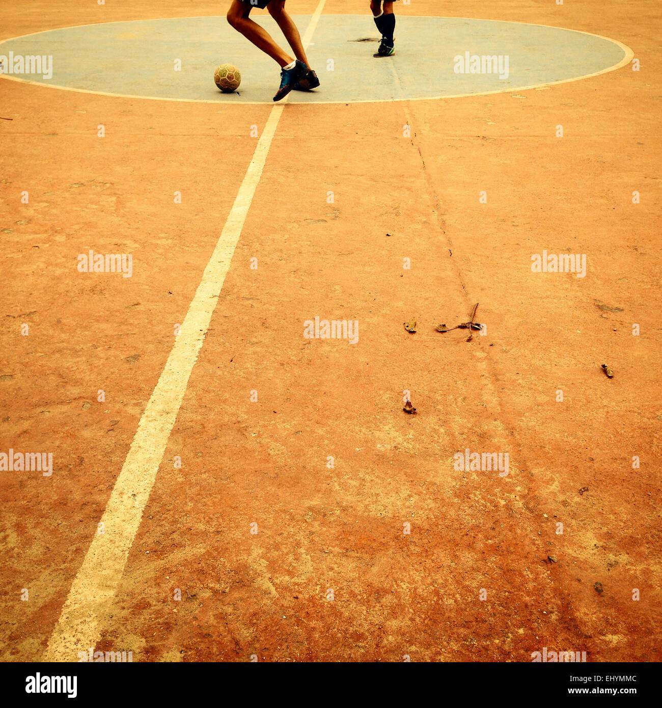 Jungen Fußball spielen Stockbild
