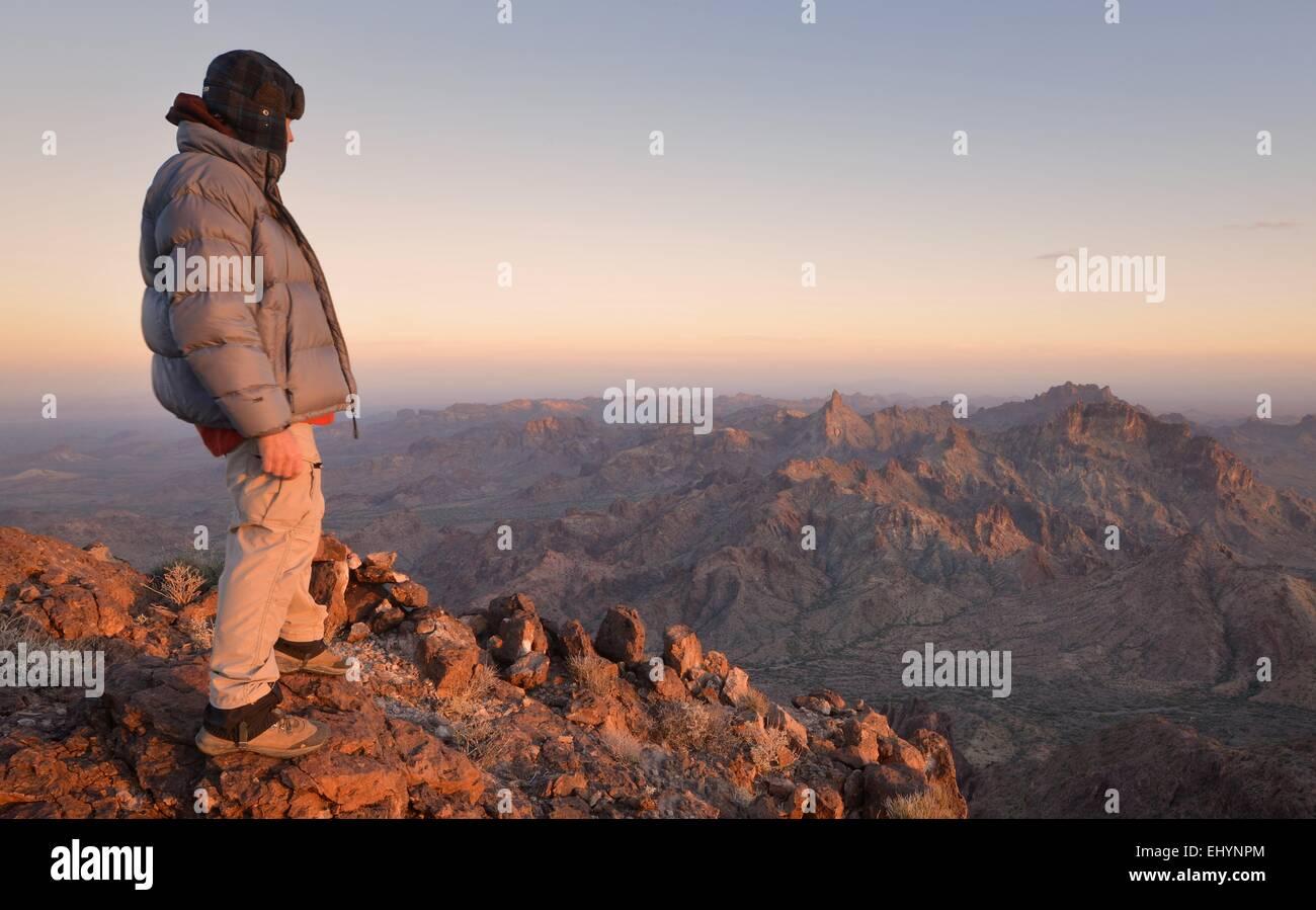 Reifer Mann steht auf dem Gipfel des Castle Dome, Arizona, USA Stockbild