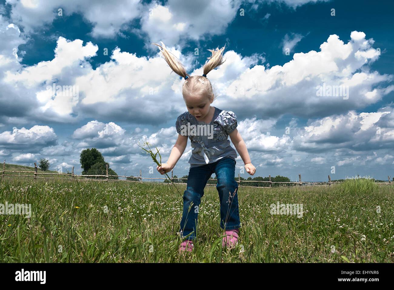 Mädchen in die Luft springen Stockbild